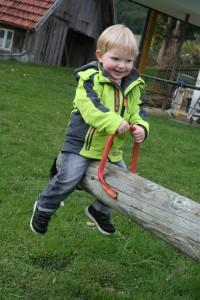 Kind auf Wippe - Gäste v. J. Günter - zur Veröffentl. genehmigt